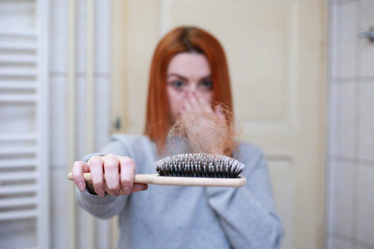 perte de cheveux : plein de cheveux sur la brosse